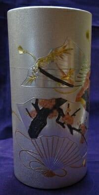丸城茶舗の彫刻缶